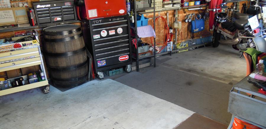 店内の様子です。物が多いのですが作業スペースをきちんと確保しています。